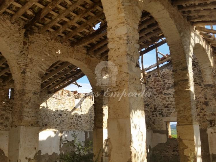 Conjunto de pilares con arcos y cubierta del pajar