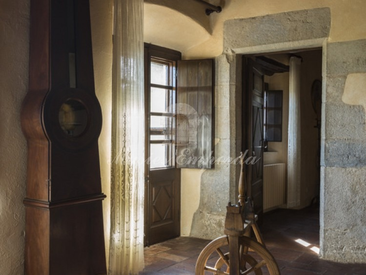 Detalle del salón con chimenea de la segunda planta con acceso a terraza de fachada