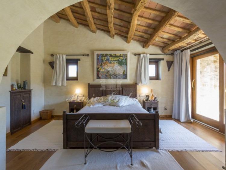 Suite principal con arco de medio punto que separa la estancia
