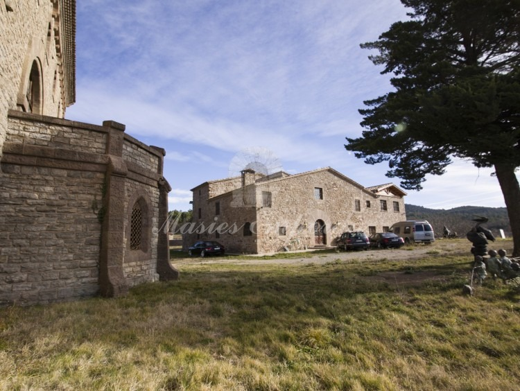 Views of the entrance to the castle and the farmhouse