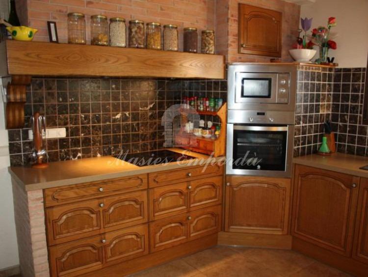 Detalle de la encimera de la cocina el horno y el microondas