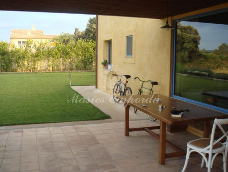 Desde el porche de la casa vistas a la fachada y al jardín