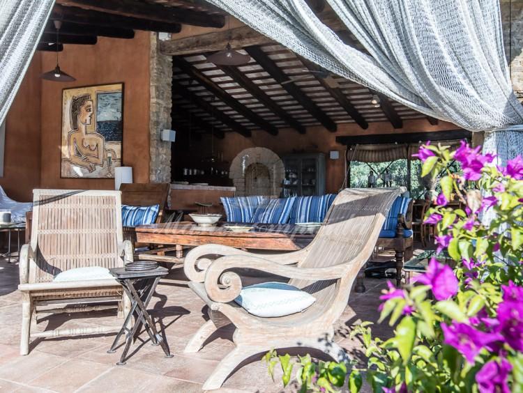 Detalle de los salones del porche de la piscina