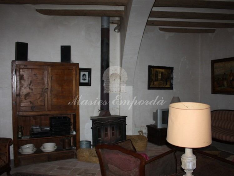 Salón de estar de planta baja con chimenea vista lateral