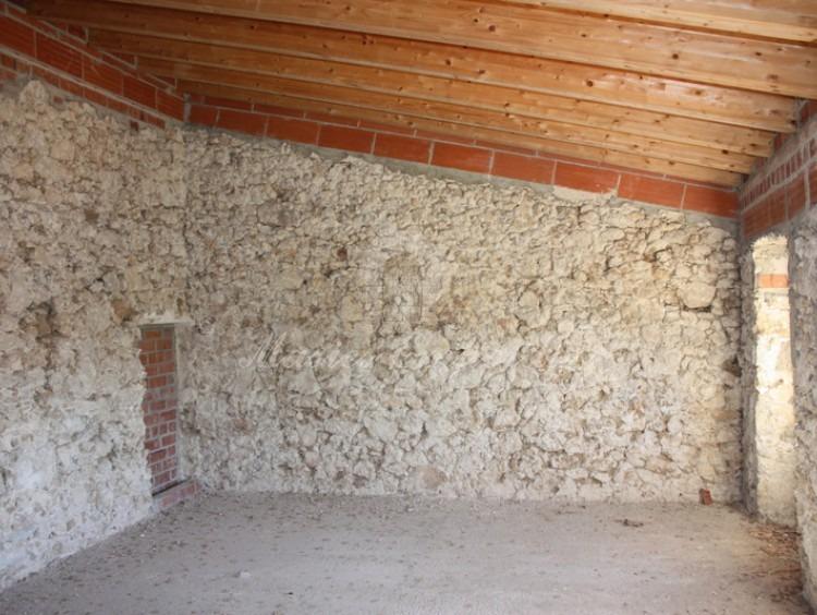 Vista lateral de los ventanales al jardín de habitaciones de la tercera planta y detalle de cubierta con vigas de madera.