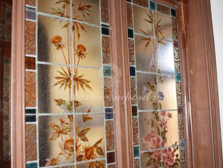Detalle de las puertas con los cristales emplomados con dibujos con motivos florales