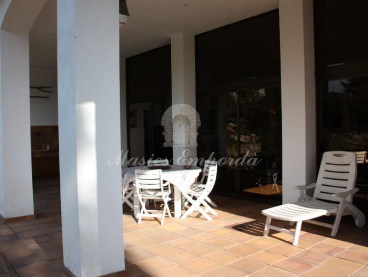 Desde el ángulo contrario vista del porche del anexo con barbacoa y terraza cubierta