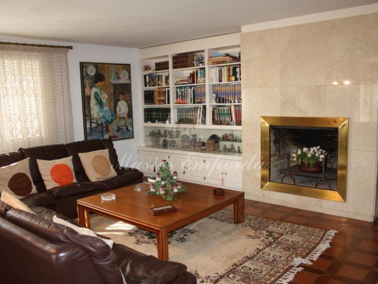 Detalle de la parte del salón de la casa con la chimenea como protagonista