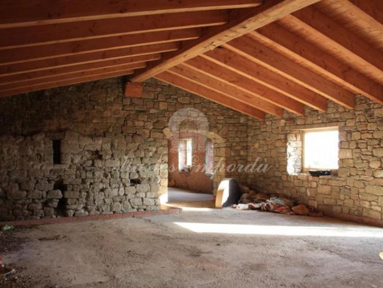 Desde el ángulo opuesto el salón principal de la casa en planta baja