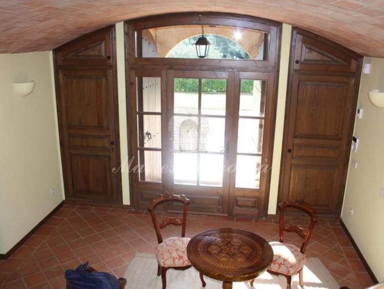 Vista del parte de hall de entrada a la casa desde la escalera de acceso a la planta