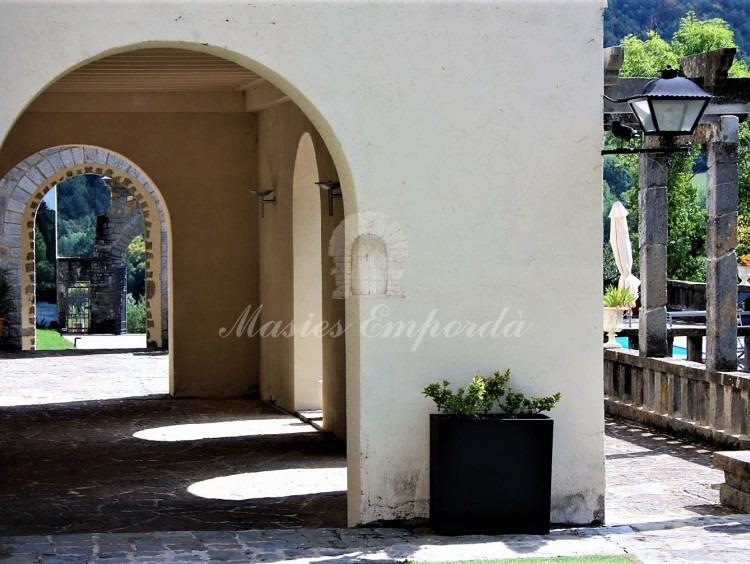 Paseo arcado de acceso a la casa y terrazas