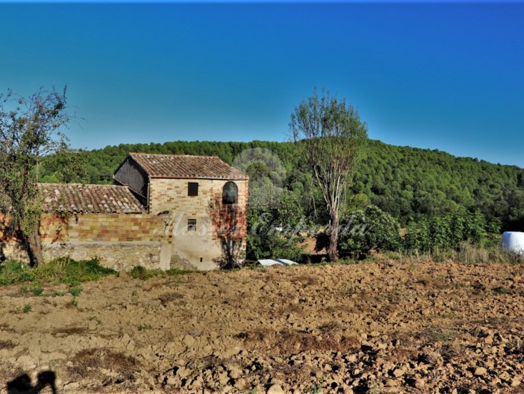 General views of the farmhouse and the surrounding fields.
