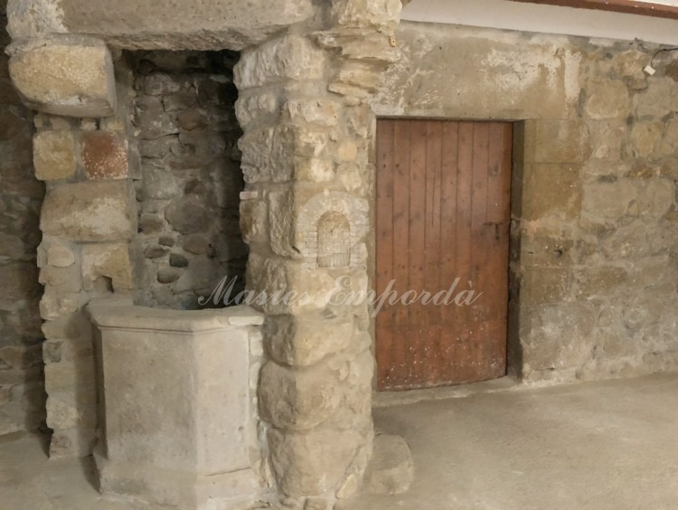 Detail of the well and the entrance to the stables