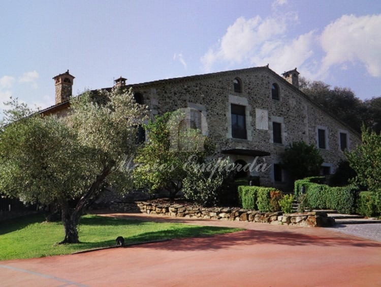 General view of the farmhouse facade