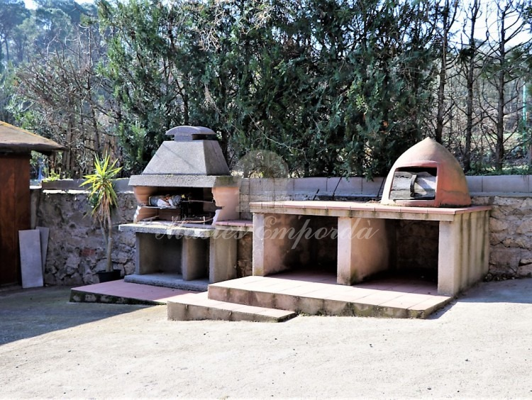 Barbecue and refractory oven in the pool area