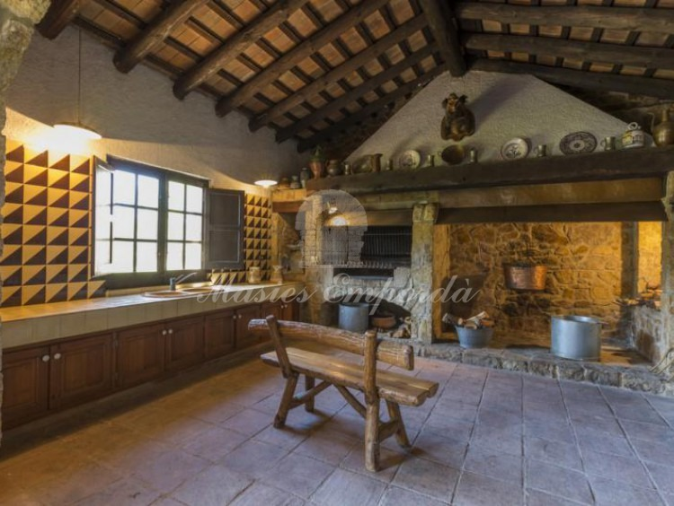 Detail of the large kitchen with fireplace, roasts, refractory oven and barbecue grill.